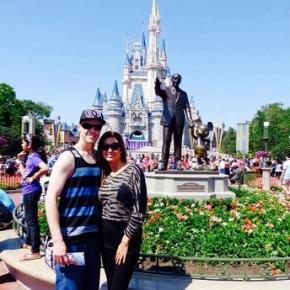 Anahí junto a su esposo en Disney