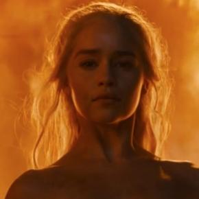 Emilia Clarke diz ter sido pressionada a fazer cenas nua