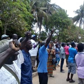 Protesters stand outside the high court in Banjul / Alhagie Jobe, SMBC NEWS