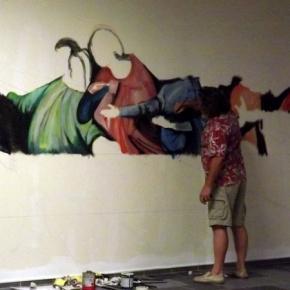 L'artiste face à son défi : remplir le vide.