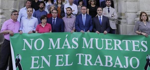 Protesta en la puerta del Ayuntamiento de Sevilla