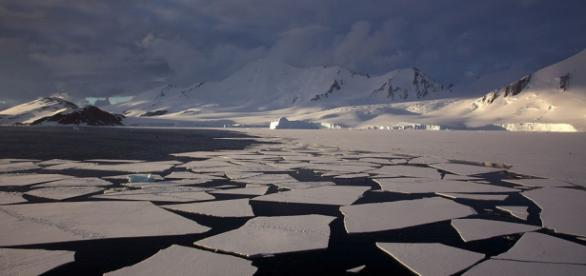 Antarctic mountains, pack ice and ice floes. Jason Auch, https://commons.wikimedia.org/wiki/File:Antarctic_mountains,_pack_ice_and_ice_floes.jpg