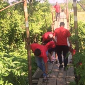 10 PSD-iști răniți în timp ce traversau un pod