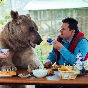 O familie de ruși stă la masă zi de zi cu un urs de aproape 150 kg