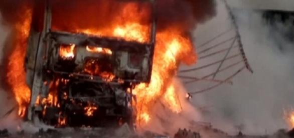 Două autobuze s-au ciocnit de un tanc petrolier