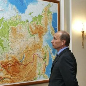Vladimir Putin în fața unei hărți a Rusiei