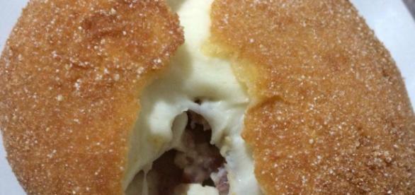 Mozzarella ripiena con prosciutto e fritta