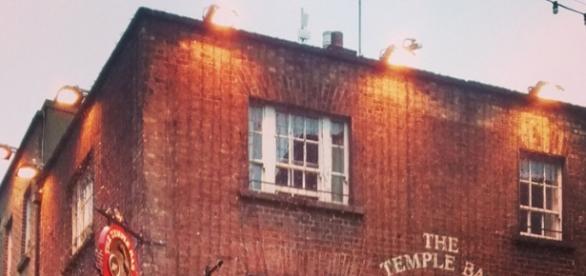 Temple Bar, região turística de Dublin, com pubs e restaurantes que atraem estudantes de todo o mundo