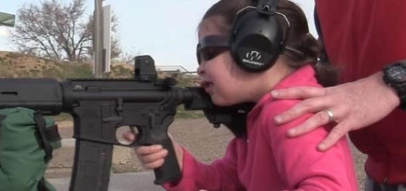 O fetiță de 7 ani trage relaxată cu o pușcă de asalt AR-15 de tipul celei folosite la masacrul din Orlando