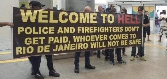 Bannerul cu care sunt întâmpinați turiștii pe aeroportul din Rio de Janeiro Foto: Imgur