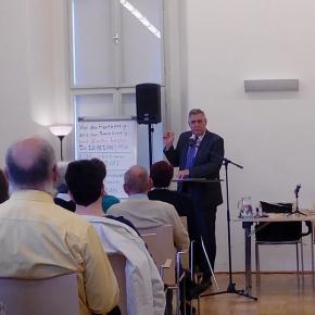 """Interessant, humorvoll und """"ohne praktische Übungen"""" referierte Prof. Essmann zum Thema """"Kirche und Sexualität"""" vor rund 100 Gästen. (Foto: JK)"""