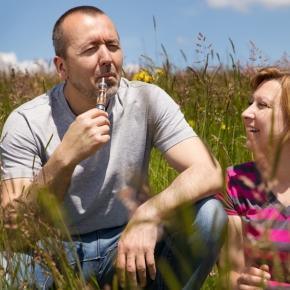 Fotolia / © Miriam Dörr: Mann und Frau rauchen elektrisch