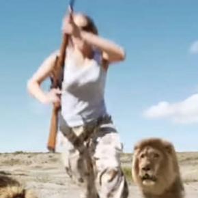 Scenă înfricoșătoare! Un leu atacă doi vânători care se fotografiau cu trofeul altui leu