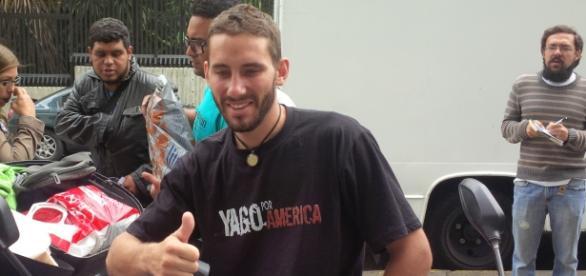 Ricardo Damián es un chico argentino quien ha recorrido 18 países de América con un mínimo de equipaje a cuestas y su pequeña moto .