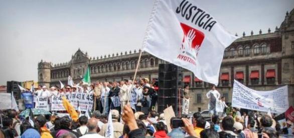 Manifestantes reclamando Justicia en el Zocalo
