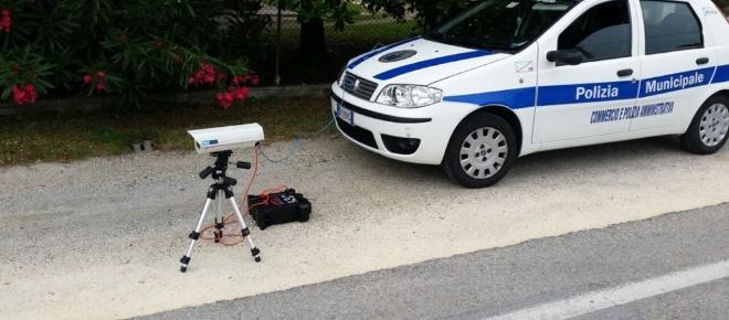 RC Auto, guida al telefono e cintura: alle multe ci pensa il Telelaser, ecco come funziona
