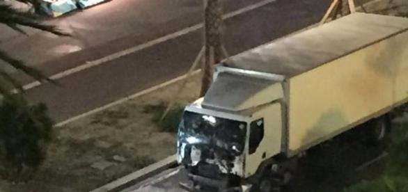 Le camion qui a foncé dans la foule et fait de nombreuses victimes à Nice. © Capture d'écran Twitter