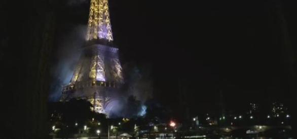 Pożar wybuchł tuż pod wieżą Eiffla.
