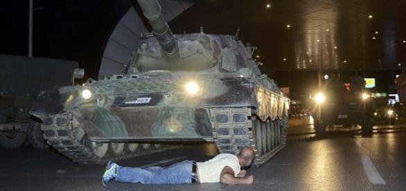 Imagini cutremurătoare din timpul tentativei de lovitură de stat din Turcia