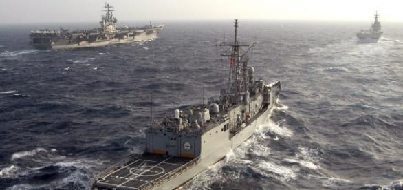 Fregata turcească TCG Gediz participând cu nava americană USS Harry S. Truman și nava italiană ITS Giuseppe Garibaldi la un exercițiu NATO