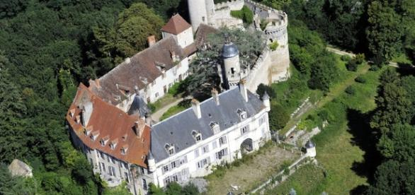 Le superbe château de Veauce, serti dans un écrin de verdure.