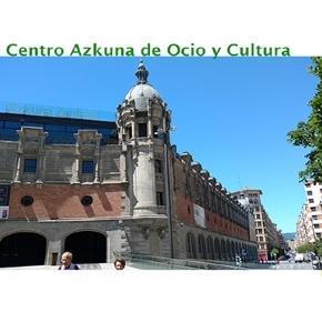 Detrás de esta fachada original, se encuentra un edificio totalmente contemporáneo que una biblioteca, café, restaurantes, centro de exposiciones, etc