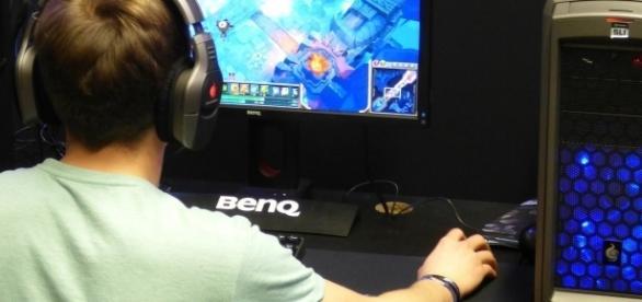 A gamer at his desk / Photo via dantetg, pixabay.com