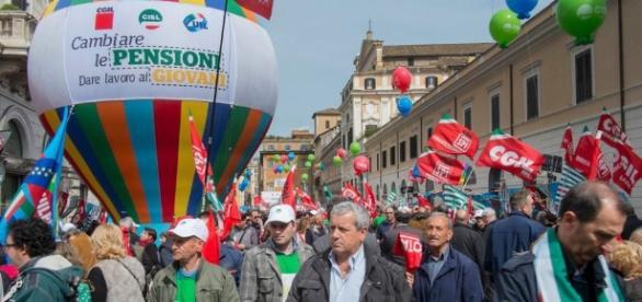 Pensionati protestano dopo la riforma Fornero.