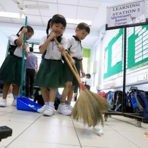 Crianças limpam as escolas no Japão e se tornam referências para outras escolas ao redor do mundo
