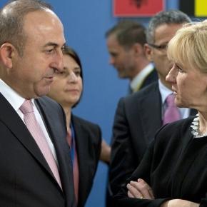 Mevlüt Çavuşoğlu și Margot Wallström. Çavuşoğlu spune: 'Da criticilor, dar asta e o minciună o calomnie'. Foto: Virginia Mayo/AP