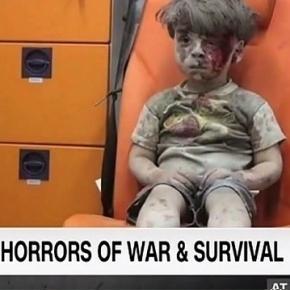 Podczas gdy spikerka telewizji CNN zalała się łzami nad losem Omrana, telewizja Rasija demaskuje autora reportażu na jego temat (opis galerii zdjęć).