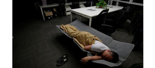 China: empleados duermen en sus oficinas para no perder tiempo
