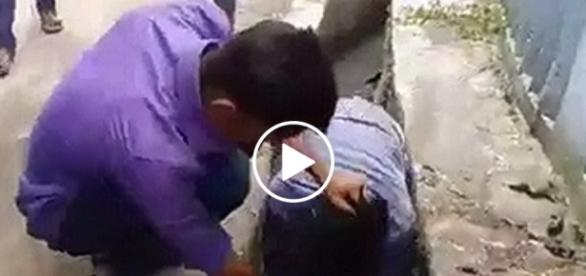 Młodzi muzułmanie zmuszają Hindusa do picia brudnej wody ze ścieku.