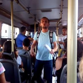 Estudante dando aulas de História no ônibus
