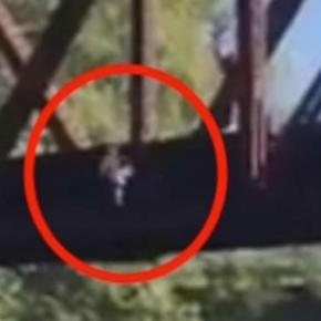 Un copil a fost aruncat de către un bărbat în apă, de pe un pod de cale ferată - Foto: Captură YouTube