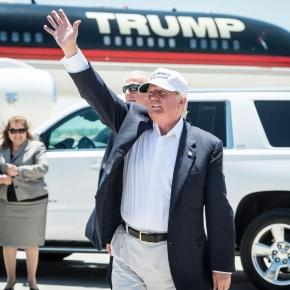 Trump leaves reporters in the dust on his way to Mexico! Photo: Blasting News Library - TIME - time.com