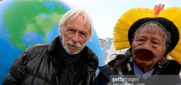 Pierre Richard et Raoni Mektutire. Copyright : Getty Images