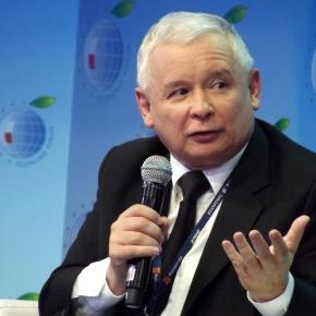 Jarosław Kaczyński informally leads the right-wing government formally headed by Prime Minister Beata Szydło (Source: Blasting News)