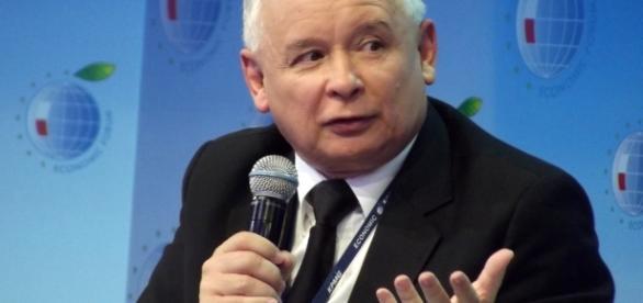 Jarosław Kaczyński informally leads the right-wing government formally headed by Prime Minister Beata Szydło (Source: Blasting News)