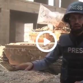 Za plecami reportera telewizji Al Jazeera eksploduje czołg.