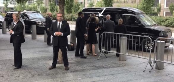 Très entourée, Hillary Clinton est évacuée des abords de Ground Zero lors des commémorations du 11 sept. 2001