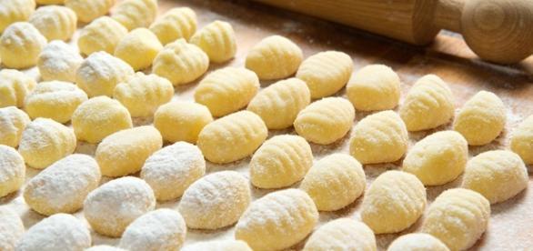 Gli gnocchi di patate come si preparano a Napoli.