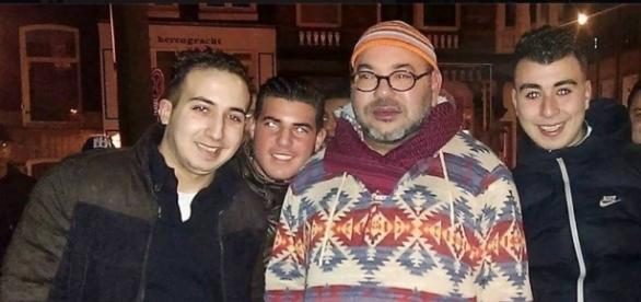 Le monarque marocain aux cotés d'admirateurs à Amsterdam