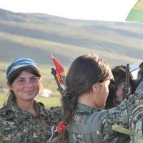 Diese jesidische Frauen wurden nicht dem erbarmurmglosen Feind wehrlos ausgeliefert. Das Bild ist ein Werk der Volksverteidigungseinheiten; CC B-Y 2.0