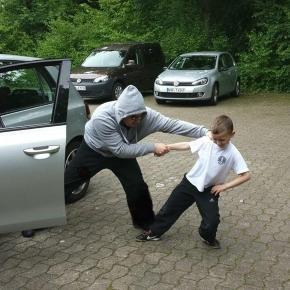 Symbolbild. Gestellte Szene einer Kindesentführung.