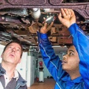 Techniker Markus Beck und Michael Asmelash beim Pilotprojekt im Autohaus Peter. Foto: Marco Kneise