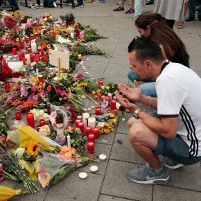 Trauernde am Tatort des Münchner Amoklaufs