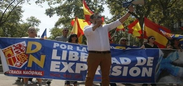 Manuel Canduela encabezando la manifestación de Democracia Nacional