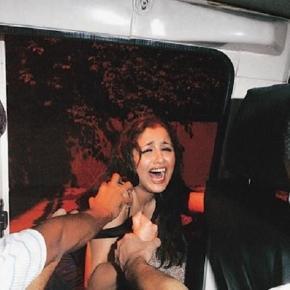 Taharrush-Opfer, das von Polizisten in einen Streifenwagen gerettet wurde.