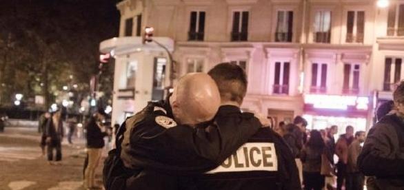 Zusammengebrochener Polizist beim Bataclan-Einsatz in Paris